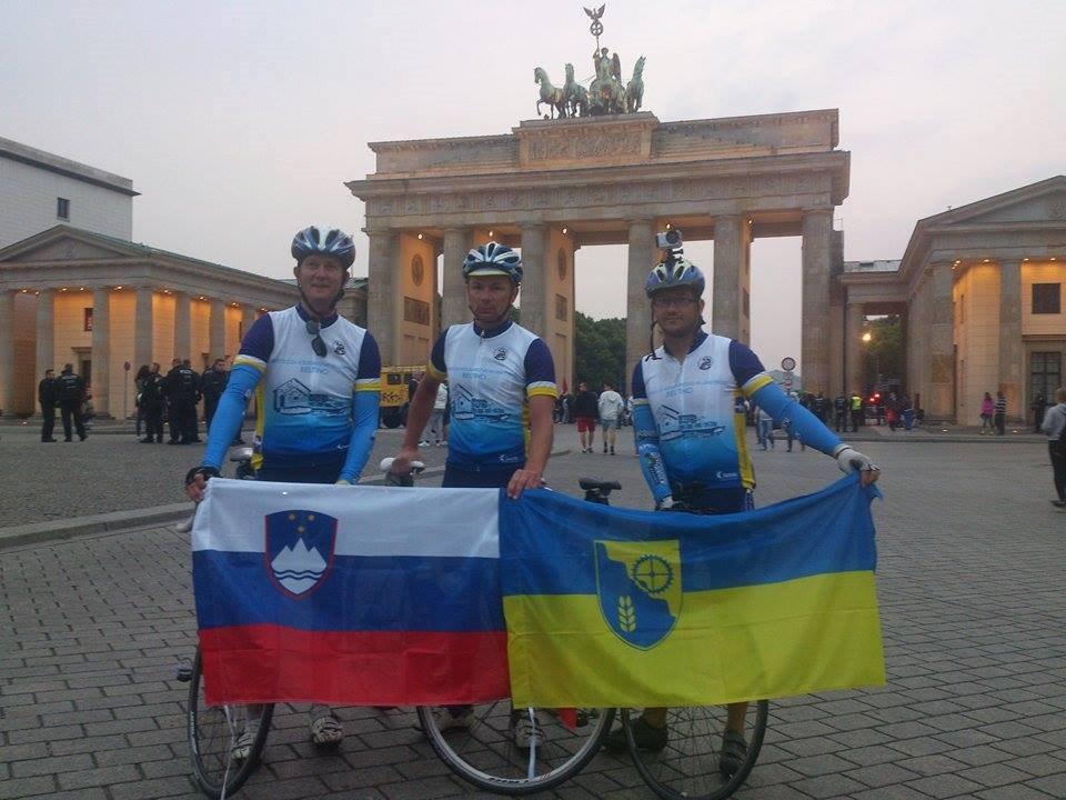 Kolesarji Bojan Kerčmar, Simon Gjerkeš in Danilo Lebar pred Brandenburškimi vrati v Berlinu; Foto: FB