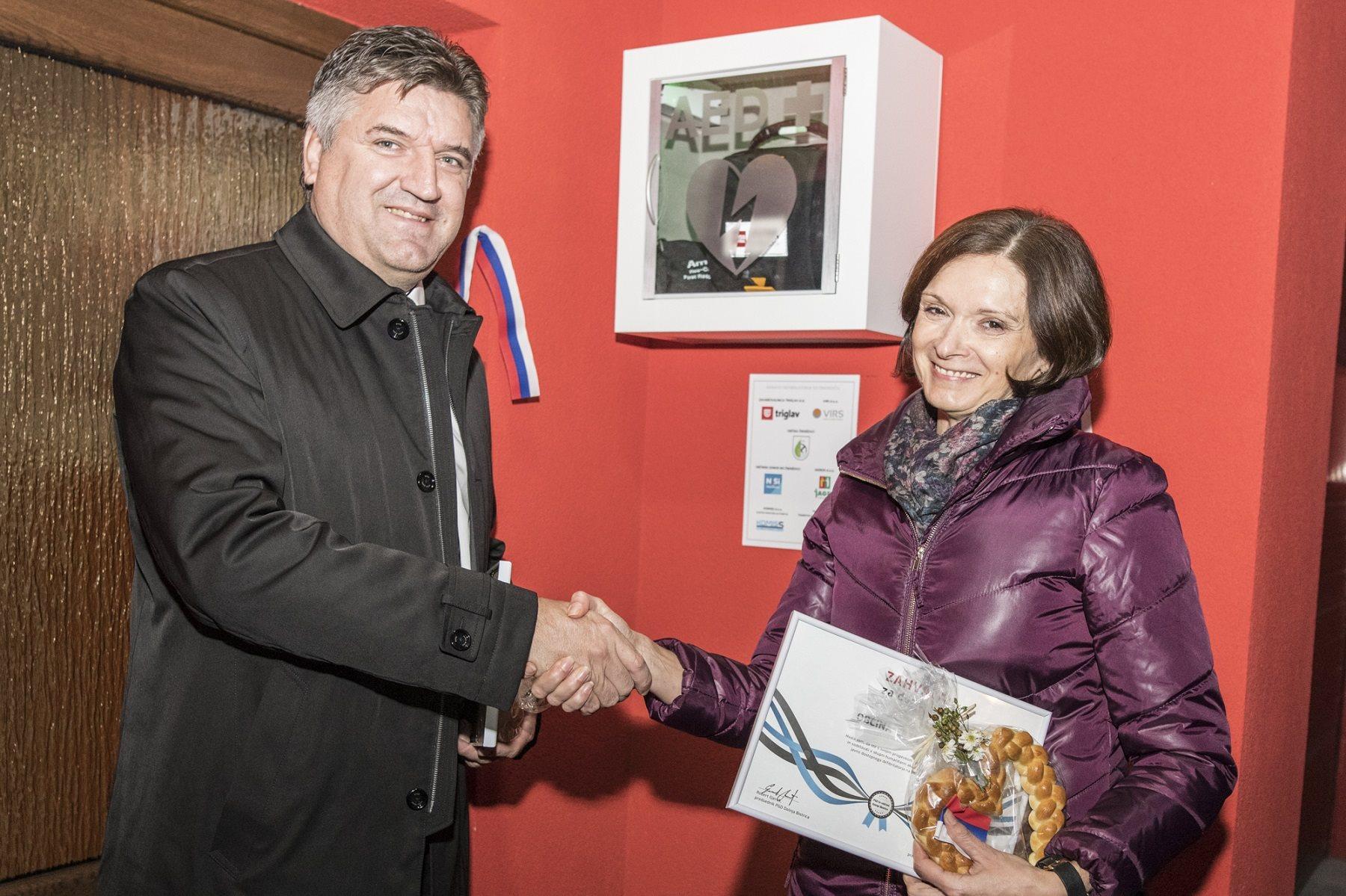 Sandi Štefan, direktor soboške Območne enote Zavarovalnice Triglav, in Vera Markoja, županja občine Črenšovci, ob prevz