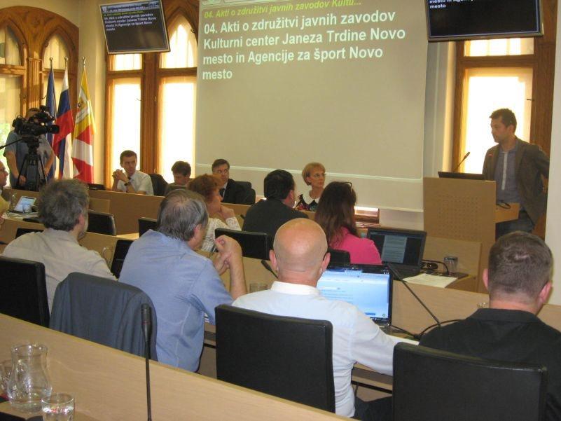 Svetniki poslušanjo stališče v.d. direktorja Agencije za šport Matjaža Kuzme.
