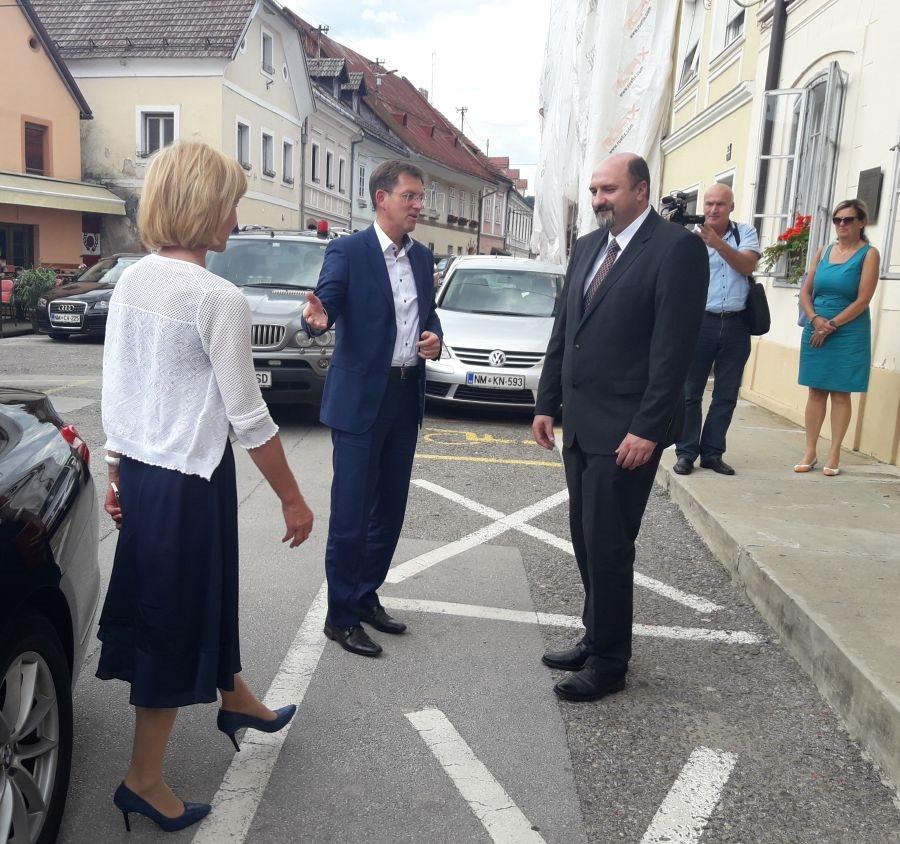 Pogajalka vlade Liljana Kozlovič, premier Miro Cerar in metliški župan Darko Zevnik ob prvem obisku vlade po arbitrazi
