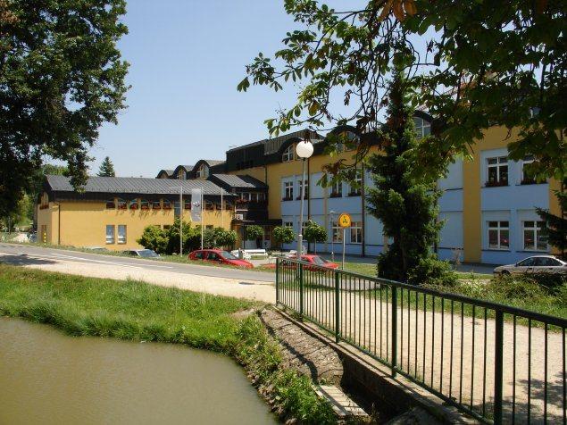 Ena redkih šol, ki so opremljene za sprejem gibalno oviranih otrok.