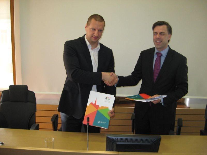Matej Erjavec in Gregor Macedoni po podpisu sorazuma