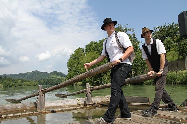 Splavarski krst sta na Dravi, ob Hiši Stare trte, opravila mariborska podžupana Saša Pelko in Zdravko Luketič.