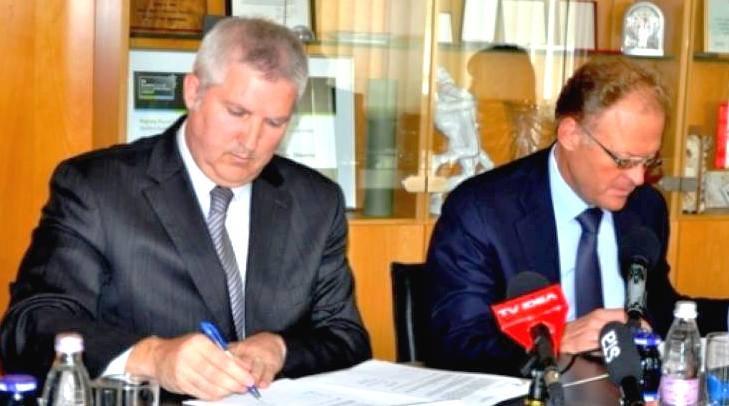 Župan občine Murska Sobota Anton Štihec in direktor podjetja Riko Janez Škrabec sta podpisala pogodbo o gradnji vrtca Murska Sobota - enota Gozdiček