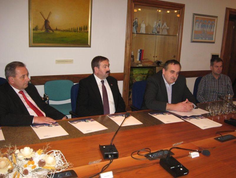 Župan Kastelic, poslanec Lah, sindikalist Štrekelj in Zupančič iz Sveta delavcev