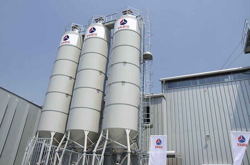 Sodobna računalniško krmiljena betonarna bo Varisu omogočala hitrejšo in kvalitetnejšo izdelavo gotovih kopalnic.