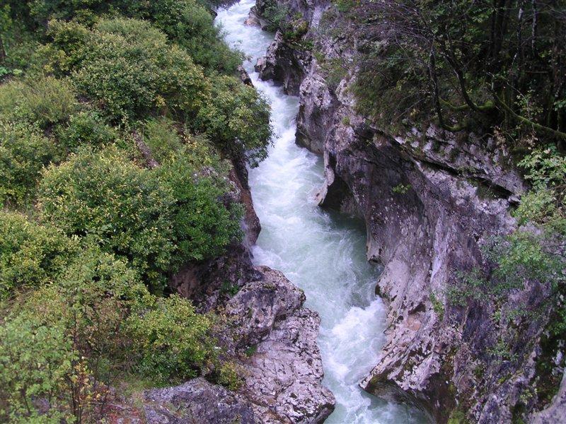 Tolminčana bi lahko močan tok odnesel tudi v sosednjo Italijo