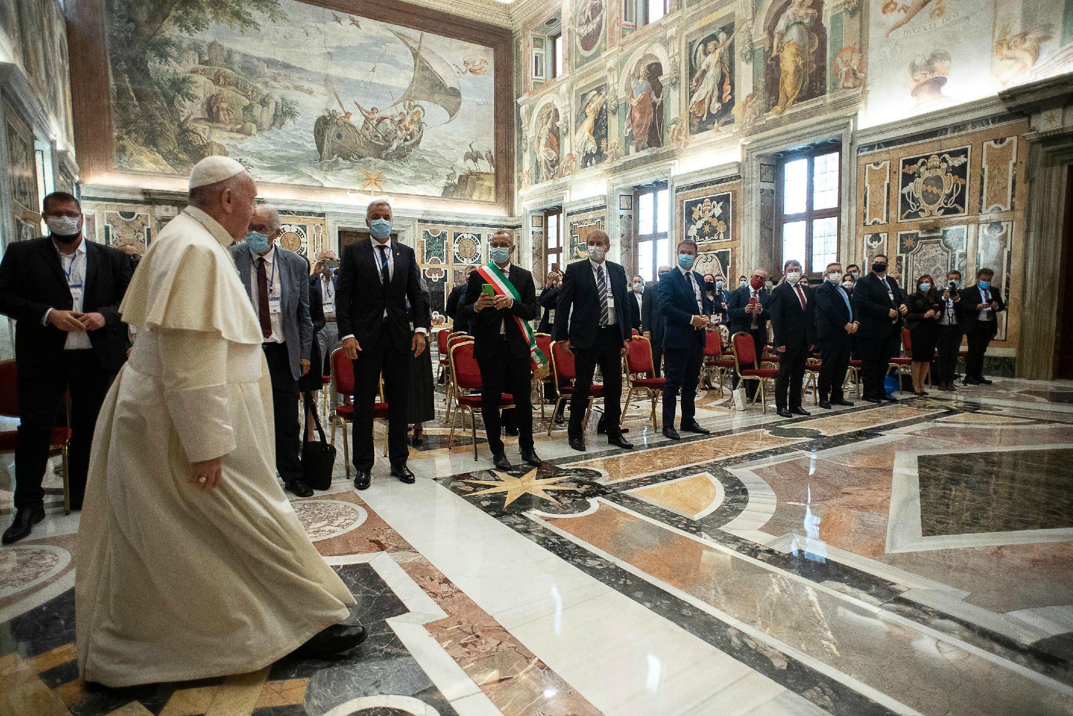 Papež Frančišek v svojih javnih nastopih poziva k strpnosti in razumevanju do migrantov in beguncev.