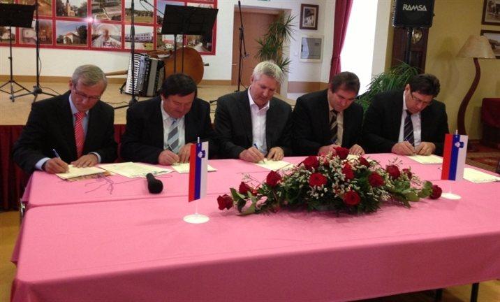 Najprej so župani 12 občin segli po lopatah, potem pa še podpisali pogodbo