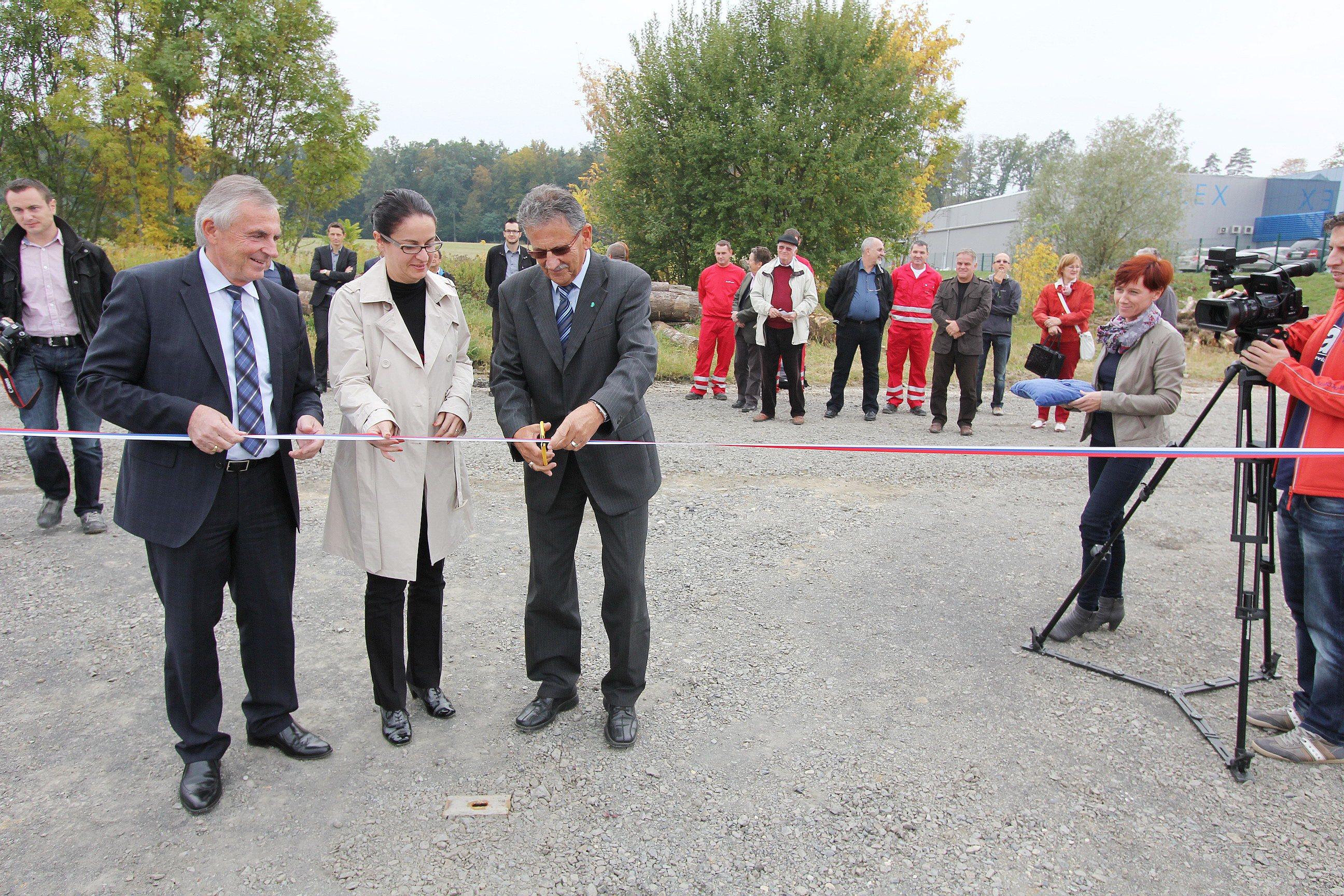 Otvoritev zbirnega centra v Gornji Radgoni so opravili direktorja družbe Saubermacher Slovenija Rudolf Horvat in Mojca Letnik ter radgonski župan Anton Kampuš.