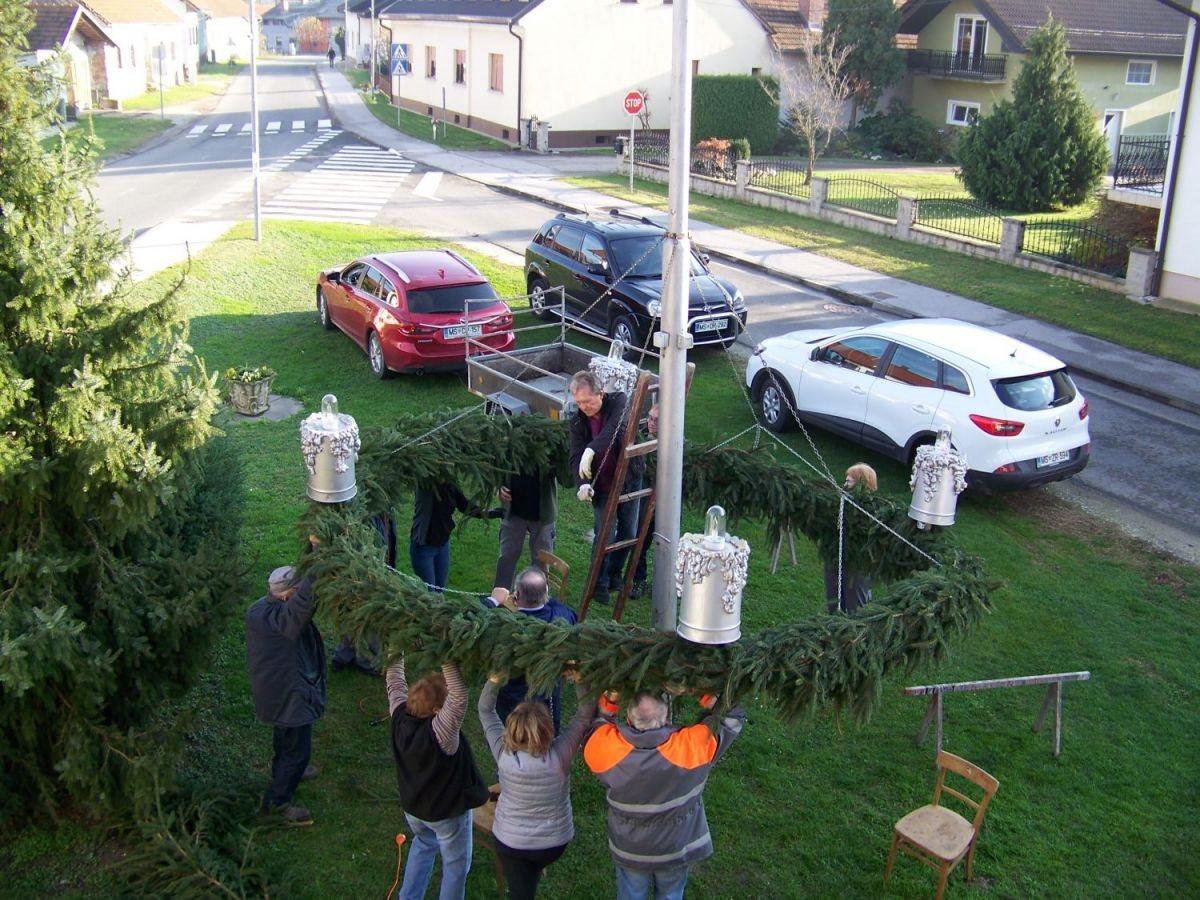 Pri pletenju adventnega venca je sodelovalo 15 članov Turističnega društva Banovci in drugih vaščanov.